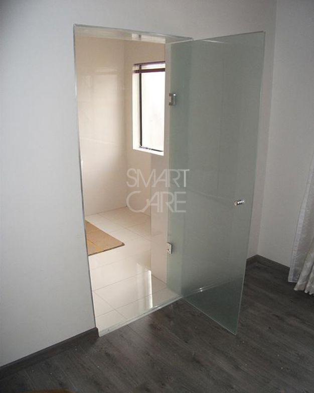 Стъклена врата за баня с мат