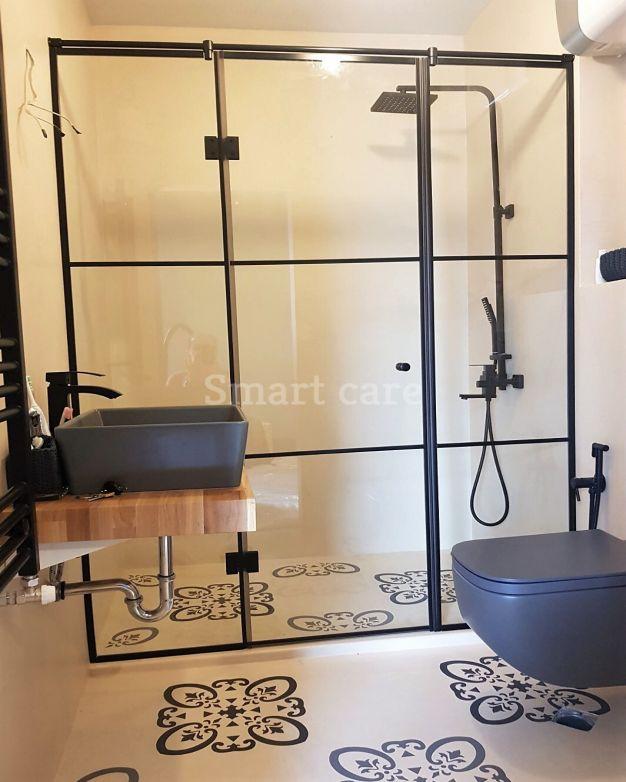 параван за баня с черен обков