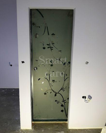 Матирана стъклена врата за баня с флорални елементи