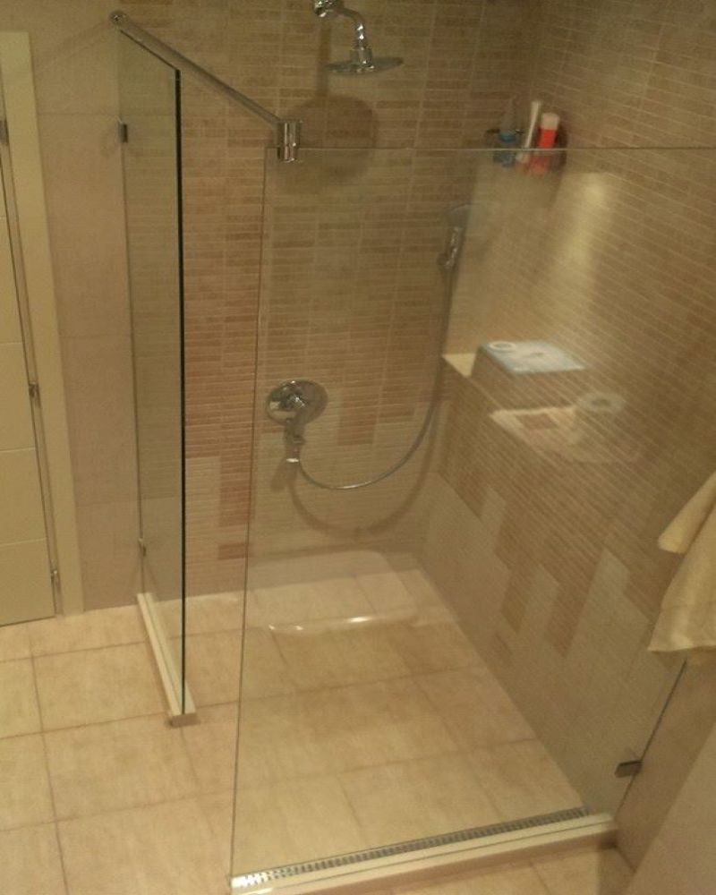 Неподвижни душ прегради по поръчка